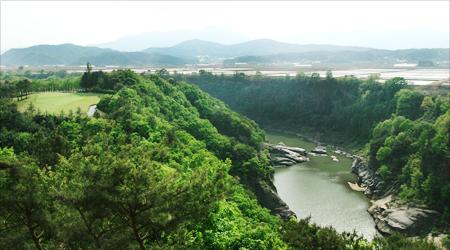 한탄강의 아름다운 절경과 편안한 휴식을 느껴보세요!