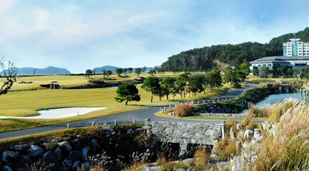 자연에 동화될 수도 자연에 도전할 수도 있는 2색 골프!